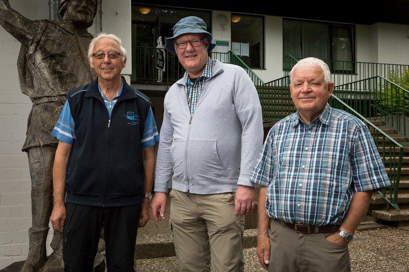 Angekommen: (von links) Uwe Petersen, Ralf Freitag und Gerald Kespohl vor dem Ziel der Wanderung, dem Gastronomiebetrieb am Hiddeser Tennisclub