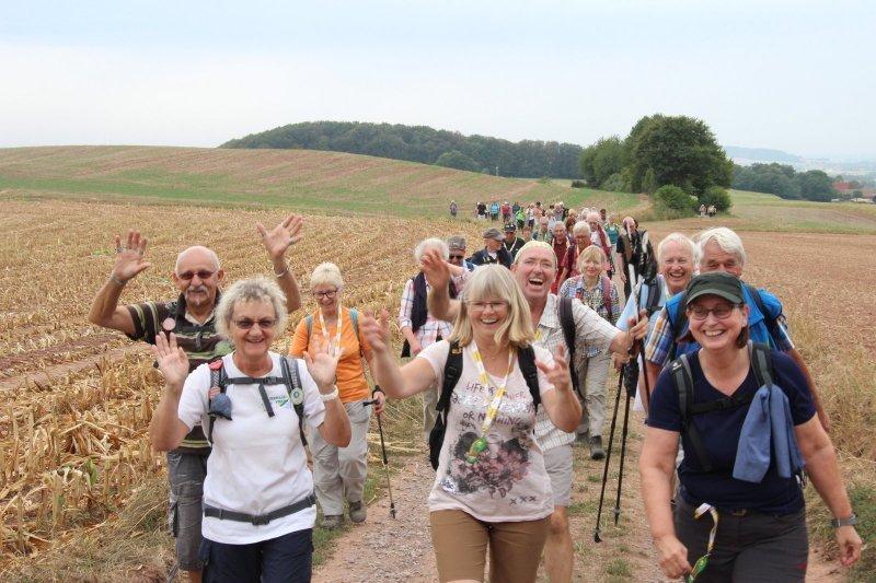 Die Wanderer haben viel Spaß auf ihrem Weg zum Blomenstein.  (© Niklas Böhmer)
