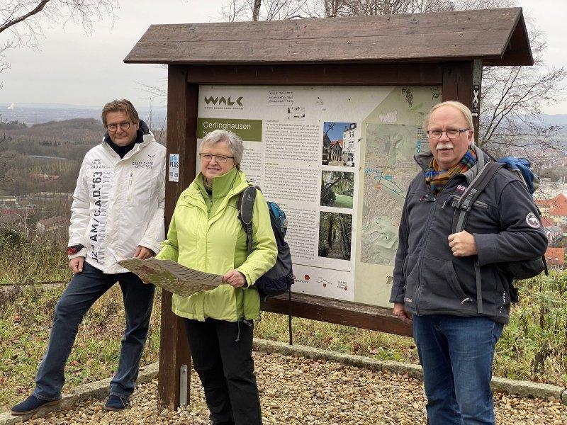 Günter Weigel, Barbara Brockmann und Klaus Biere stehen auf dem Tönsberg am Windmühlenstumpf. An dieser Stelle mündet die Himmelsleiter auf den Hermannsweg. Die Experten kümmern sich um Wandern und Tourismus in der Region. Foto: Horst Biere